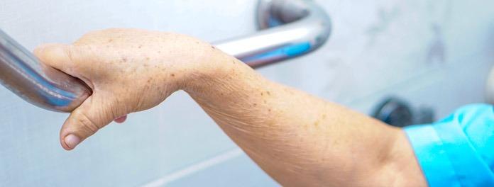 Cómo bañar a una persona mayor