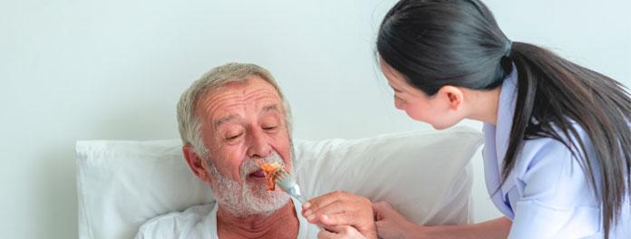 Disfagia en personas mayores, cómo ayudar a que coman