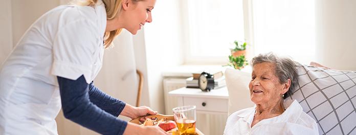 ¿Cómo se debe cuidar correctamente a una persona mayor encamada?