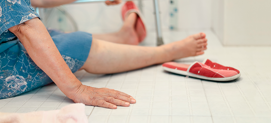 Mujer mayor que ha sufrido una caída en su baño